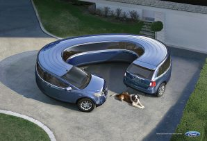 cane vicino a una macchina blu