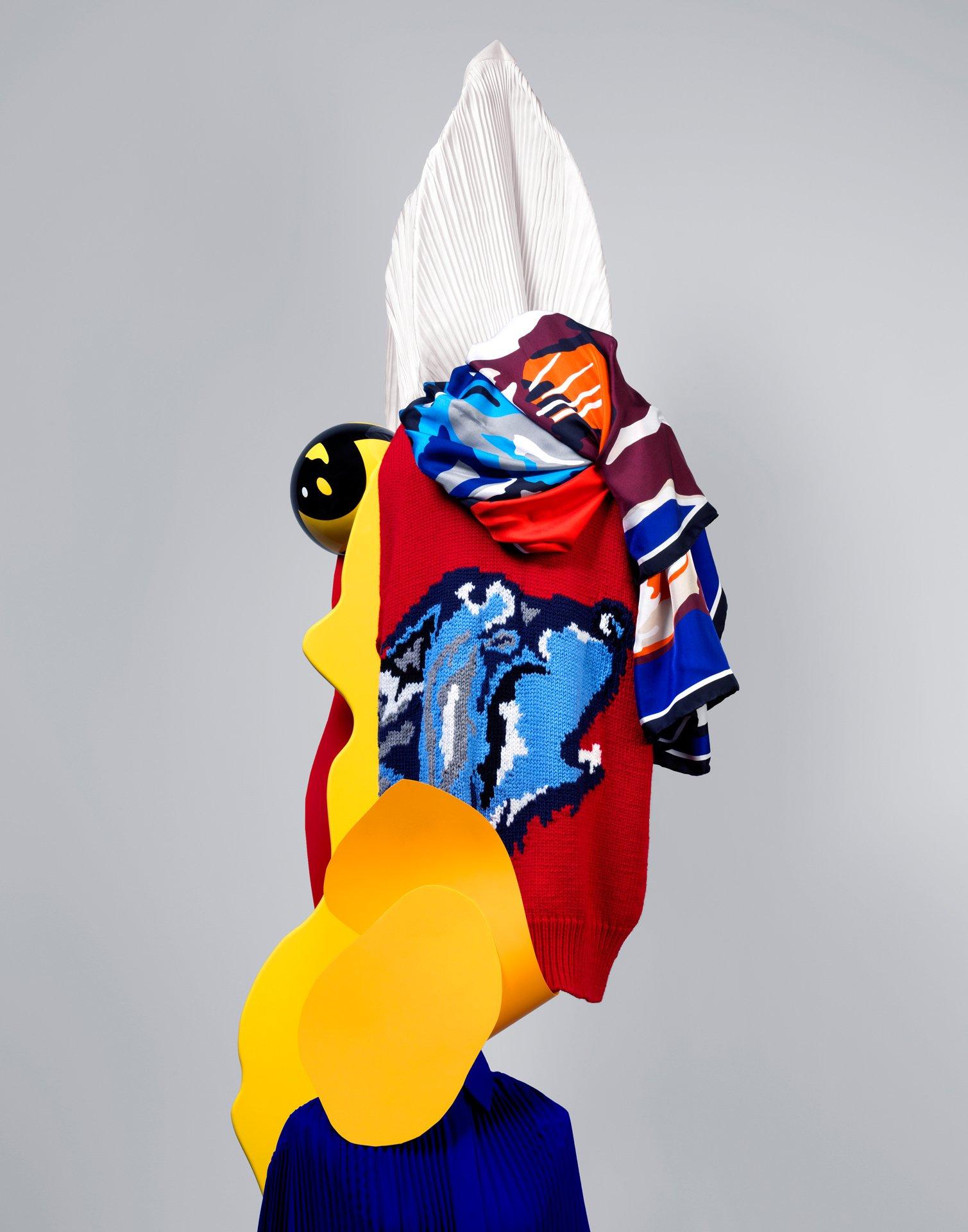 fotografia di scultura con tessuti colorati
