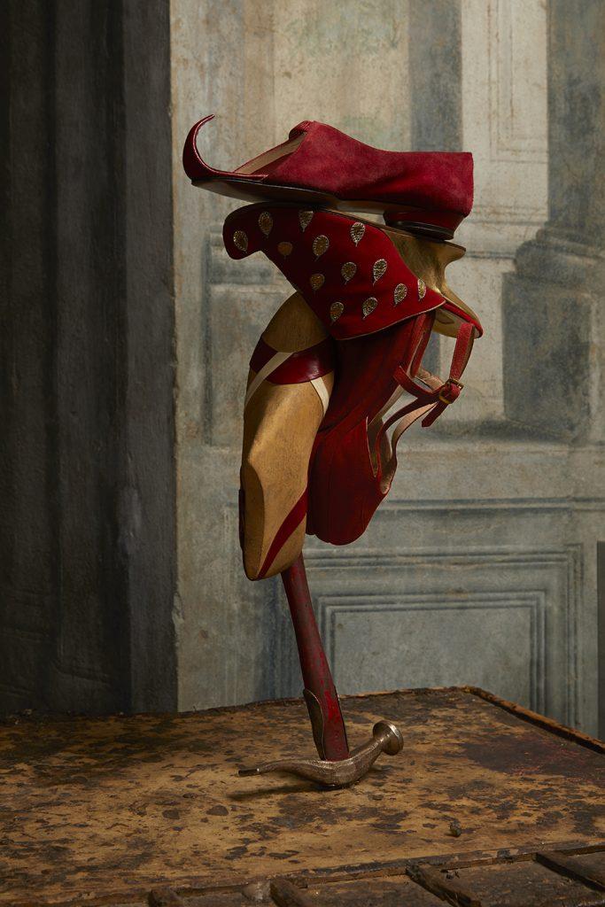 fotografia di scultura con scarpe rosse