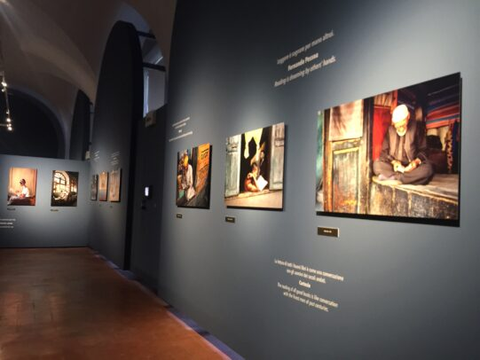 Steve McCurry Leggere Installation