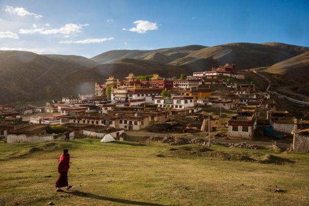 A Tibetan Buddhist monk heading to Litang monastery